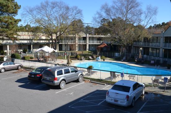 Chapel Hill University Inn: view of pool courtyard