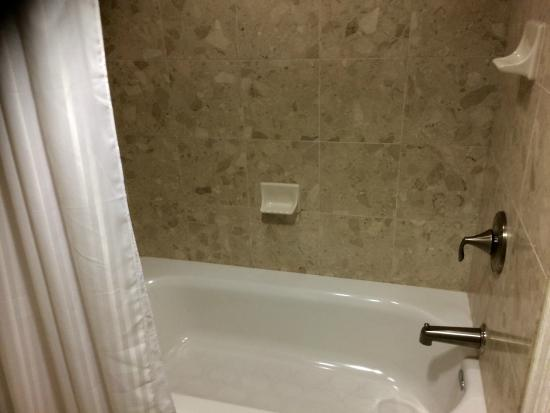 The Grove Hotel: Clean tub