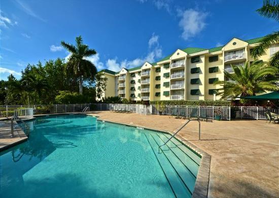 Sunrise Suites Resort: Beautiful Pool and Lounge Area
