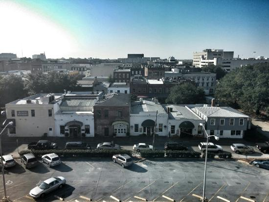 Hilton Garden Inn Savannah Historic District: The view from room 624 over looking the city market
