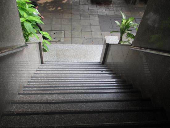 Krit Thai Mansion : 玄関階段は14段。かなり急なので気を付けて!