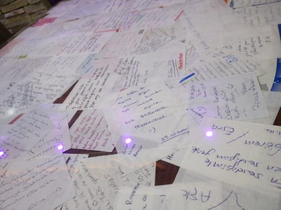 Pendik District, Turquie : Many people write their comments on the table about the food&house