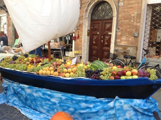 La Manifattura dei Marinati: особые местные лодки для ловли угрей можно использовать и для экспозиции фруктов в дни ярмарок