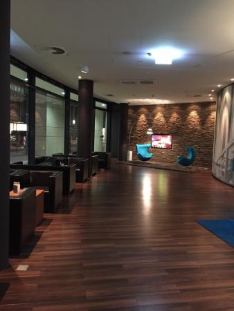 Motel One Frankfurt-Messe: Hotel lobby