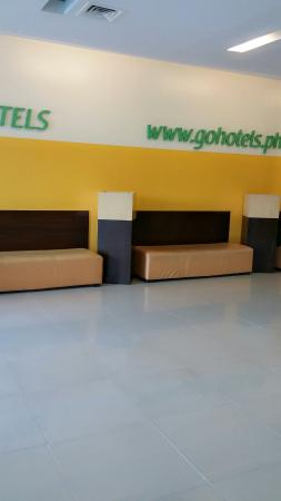 Go Hotels Mandaluyong : Waiting area at the lobby