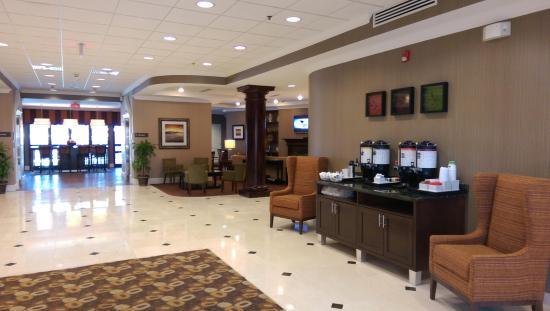 Hampton Inn Charleston North: Lobby and Coffee Bar