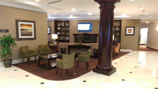 Hampton Inn Charleston North: Fireplace and Sitting Room