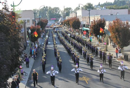 Sumner, WA: Homecoming Parade on Main Street