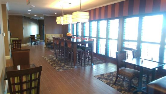 Hampton Inn Charleston North: Breakfast Seating Area