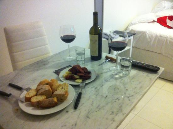 Gema Luxury Suites: mesa de refeição