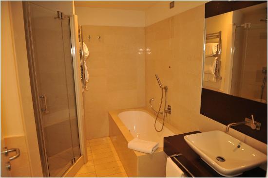 Bagno doccia e vasca picture of allegroitalia pisa tower plaza