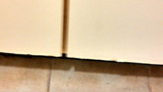 Larkspur Landing Bellevue: Cracked, Chipped Bathroom Cabinets