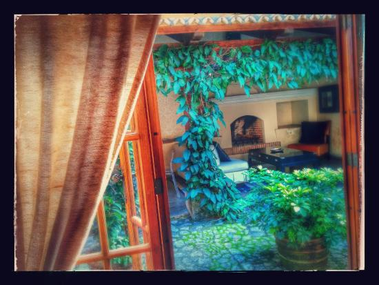 Mil Flores Luxury Design Hotel: Orchideas suite - view onto courtyard from bedroom