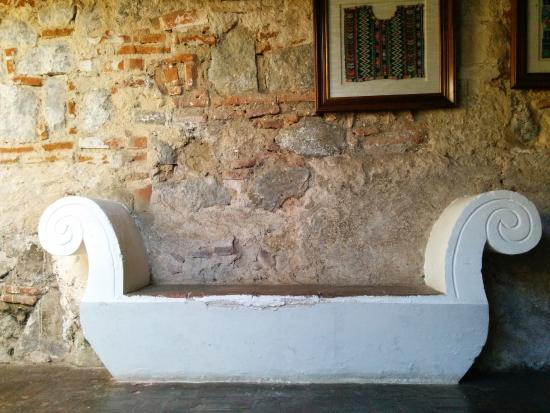 Mil Flores Luxury Design Hotel: Orchideas private courtyard bench