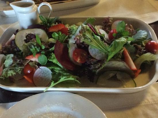 The Singular Patagonia Restaurant : ensalada de hojas verdes con frutillas