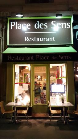 Place des sens: Devanture du restaurant, très étroit !