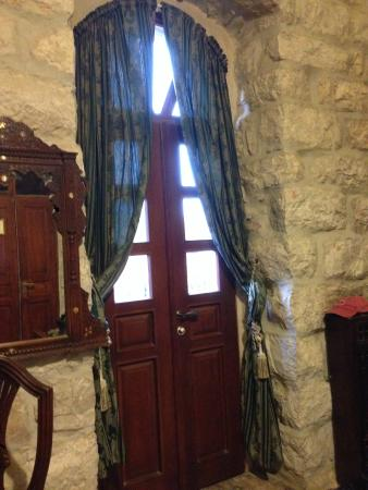 Jerusalem Hotel: In the room on the 2nd floor - VERY tall ceilings - stone walls
