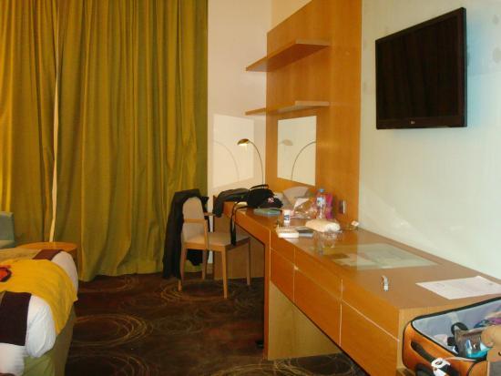 Holiday Inn Abu Dhabi : Room desk