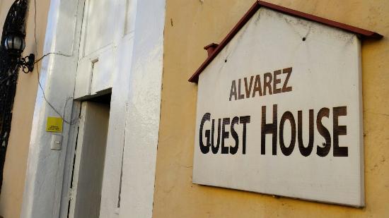 62 St. Guest House: Dans la rue