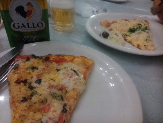 Pizzaria Sao Pedro: marguerita com mussarela de búfala/ frango com mussarela