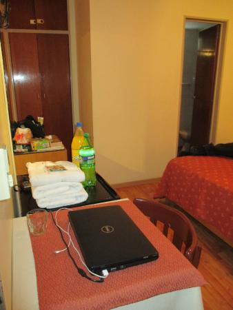 Hotel El Cabildo: Fridge and table area