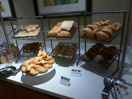 SpringHill Suites Louisville Downtown: Breads and Pastries