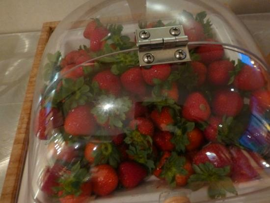 SpringHill Suites Louisville Downtown: Strawberries