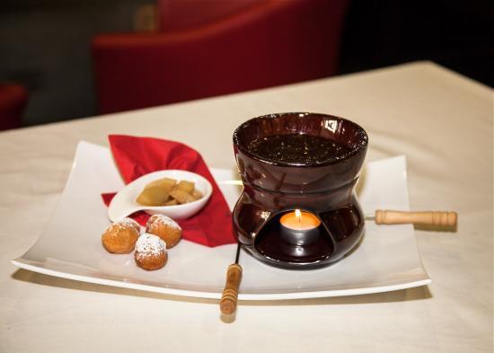 Ristorante Vineria Bar CARACENI: Fonduta di cioccolato con pere al rum e castagnole