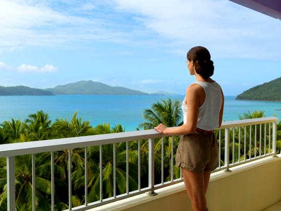 Hamilton Island, Austrália: Woman on Coral Sea View balcony