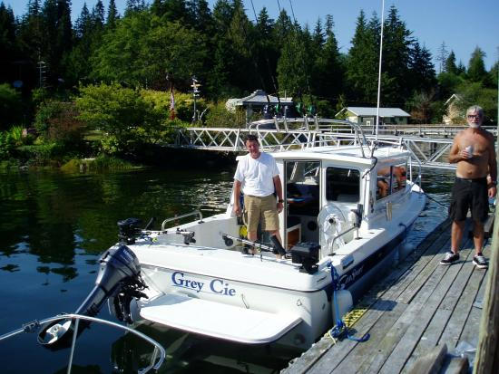 Bamfield Lodge and Cottages: Captain Mike at Bamfield Lodge