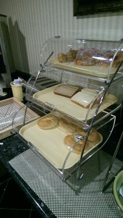 Quality Inn Hyde Park: Fully stocked bread selection