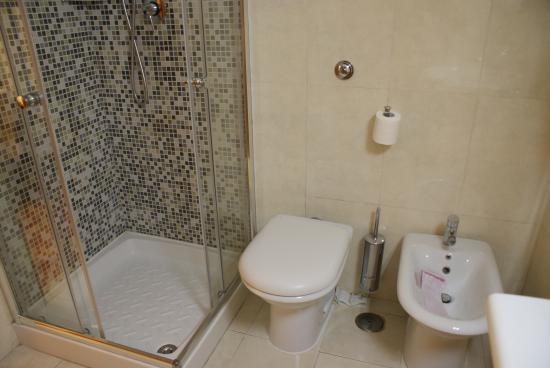Hotel Gea di Vulcano : Baño con cabina de ducha y bidet.