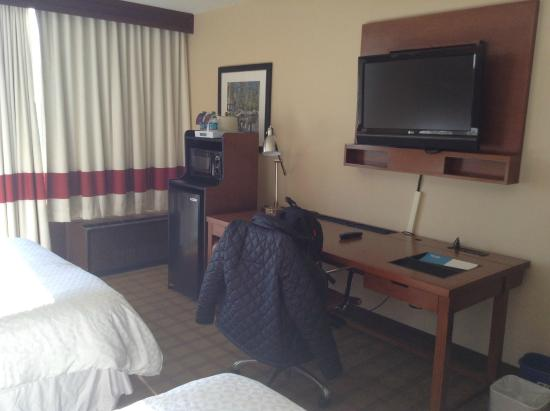 Four Points by Sheraton Philadelphia Northeast: テレビは壁に設置