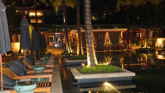 SILK Restaurant & Bar: Restaurant overlooks the pool and bar area