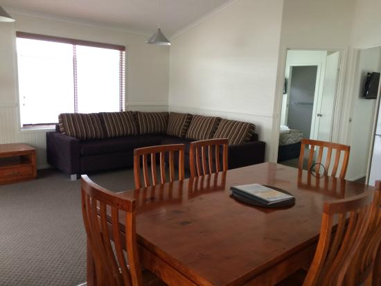 Huskisson White Sands Tourist Park: Dining and Living area