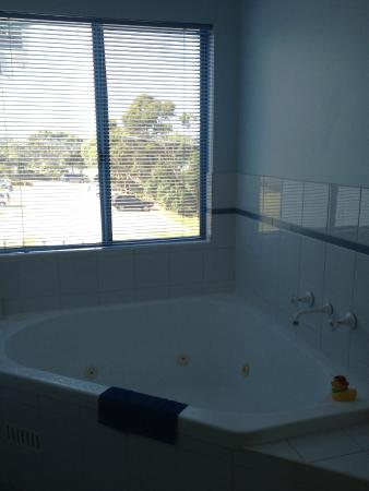 Breakers Apartments Mollymook : Spa bath