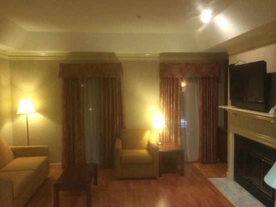 BEST WESTERN Brentwood: living area off bedroom