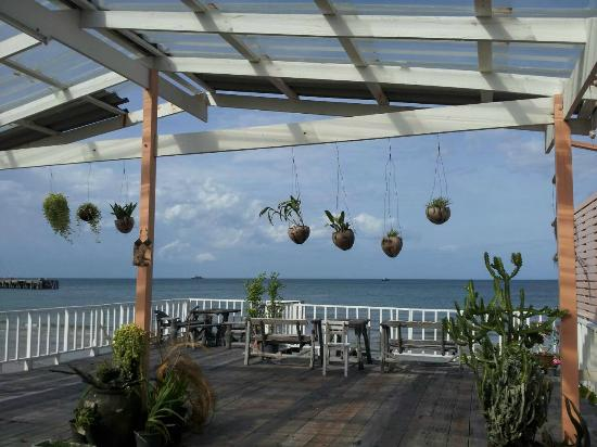 Karoon Hut Guesthouse : Terrace on the Sea