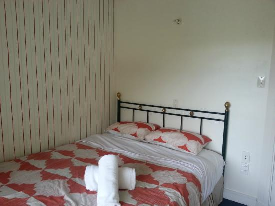 Flaming Kiwi Backpackers: Queen Room