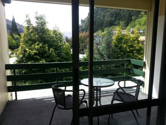 Flaming Kiwi Backpackers: Balcony