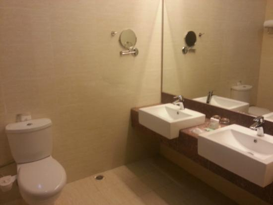 Ixora Hotel : Bathroom of superior room