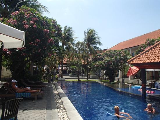 Garden View Resort: poolside