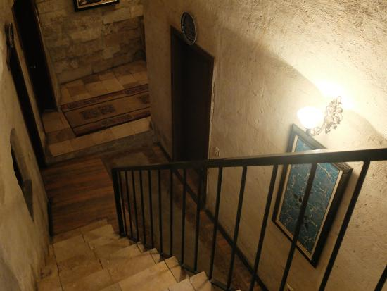 Guven Cave Hotel: stairs leading down