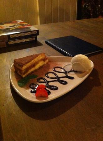 The Plough Inn: Red Velvet cheesecake v cookies & cream cheesecake
