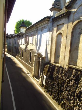 Hotel Marinoni : Вид из номера. Стена кладбища))