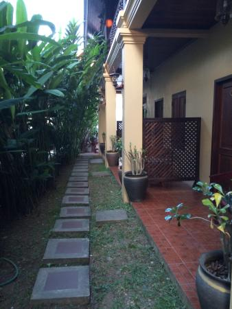 Villa Meuang Lao : lower sidewalk