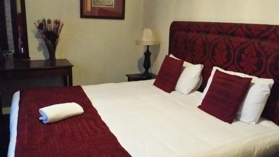 Cecil Court Hotel: Our beautifully presented room