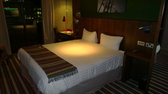 Village Hotel Farnborough: Comfy bed