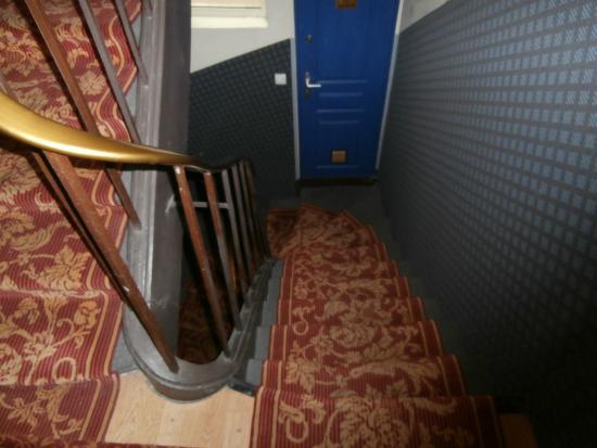 Appi Hotel: scale con porta per le docce comuni