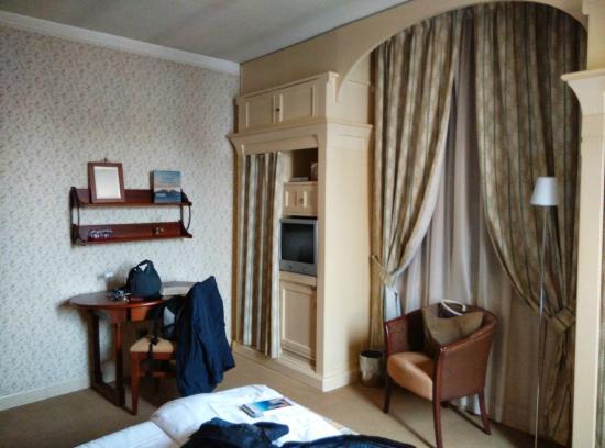 La Locanda Bagnara: la camera d'albergo, con finestra sulla piazza di Bagnara